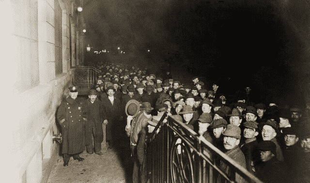 Crowd of men outside the Municipal Lodging House, 1914.