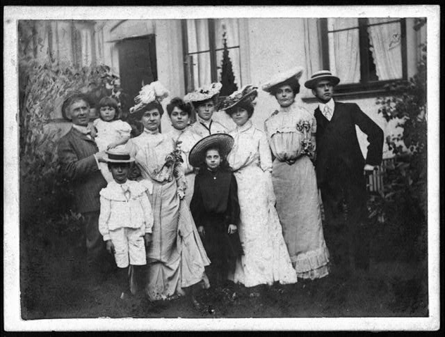 Identify Old Family Photos Group